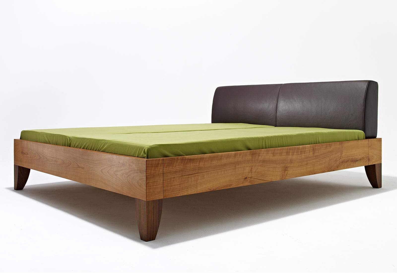 mamma bett vollholzbett mit gepolsterte leder kopfhaupt. Black Bedroom Furniture Sets. Home Design Ideas